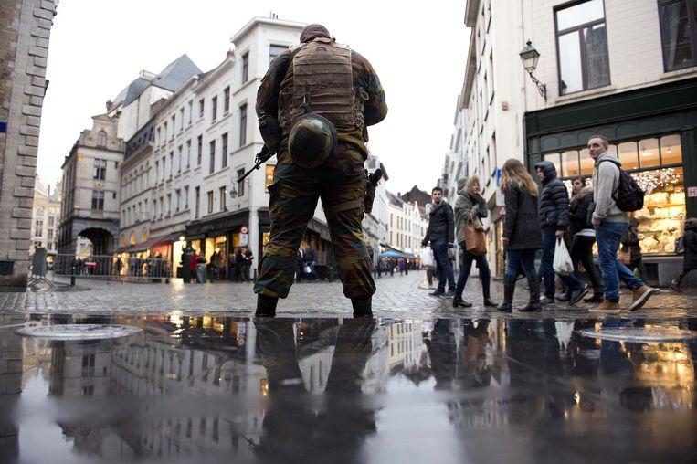 Zwaarbewapende militairen in het centrum van Brussel. Beeld anp