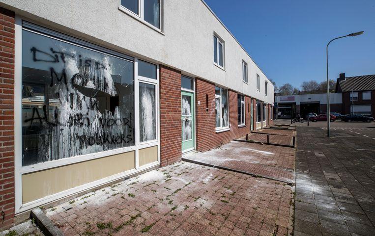 Met witte verf bekladde voorgevel en vernielde ruit aan woning in de Diederik van Havertstraat 6 in Molukse wijk. Beeld Harry Heuts Photography