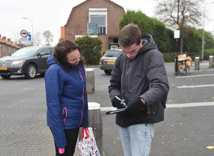 Mevrouw Meulmeester wordt geïnterviewd door Levy Grinwis van University College Roosevelt over de verkeersdrukte op de doorgaande route door Arnemuiden.