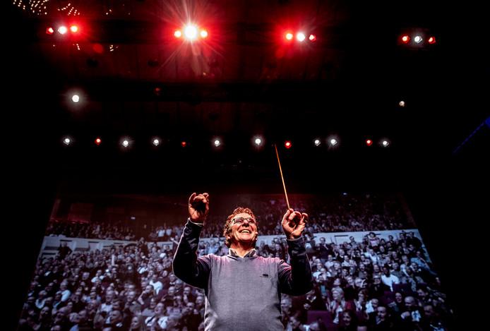 Willem van Hangem geeft de maat aan als de band 'Hand in Hand' speelt.