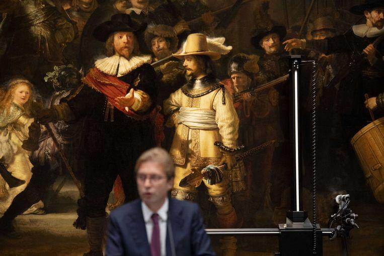 Taco Dibbits, de directeur van het Rijksmuseum, kondigt dinsdag aan dat 'De Nachtwacht' van Rembrandt vanaf 2019 gerestaureerd wordt. Beeld ANP
