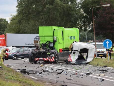 Enorme ravage in Vollenhove: twee vrachtwagens botsen, chauffeur gewond