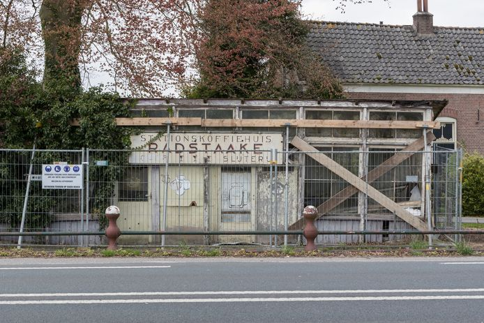 Zo stond het vervallen koffie-en theehuisje bij café Radstaake er ruim twee jaar bij. Nu is er niets meer van over.