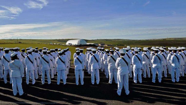 De Zuid Afrikaanse marine staat voor de koepel waarin de dienst voor Mandela wordt gehouden. Beeld afp