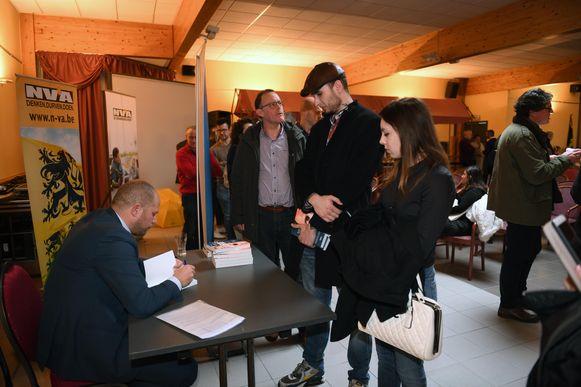 Theo Francken (N-VA) signeerde na de toespraak zijn boek 'Continent zonder grens'.