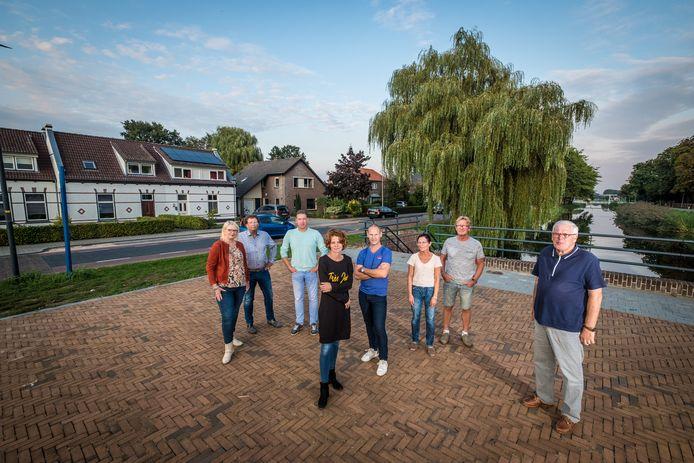 Familie van der Linde, de heer Ruiter, familie Pot, familie Dijk, de heer Enzerink, op de plek op het Kroonplein en de Kerkstraat waar de JOP zou moeten komen. Bewoners zeggen nu al veel overlast te hebben van rondhangende jongeren en vrezen dat dat straks alleen maar erger wordt.