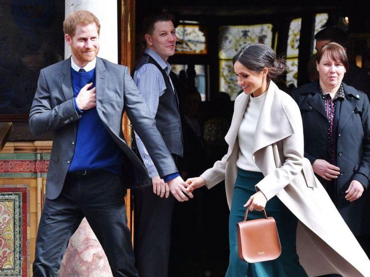 Meghan Markle met haar handtas langs links.