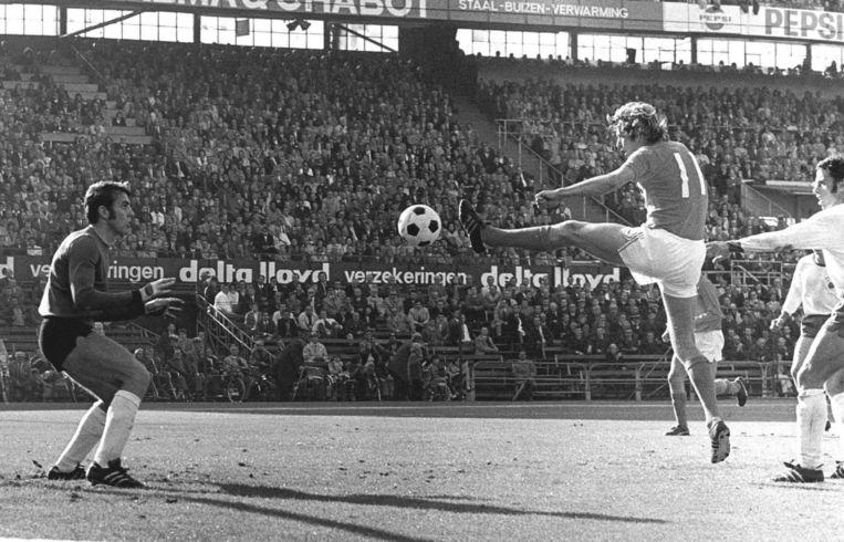 Uit 1971: 'Gevaarlijk moment voor de Oostduitse doelman Croy als Piet Keizer aan de bal is.' Beeld anp