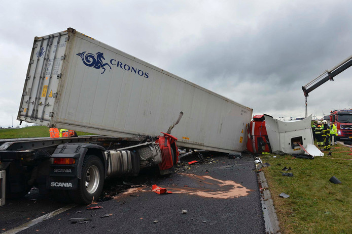 A15 weer open na fataal ongeval met 4 vrachtwagens.