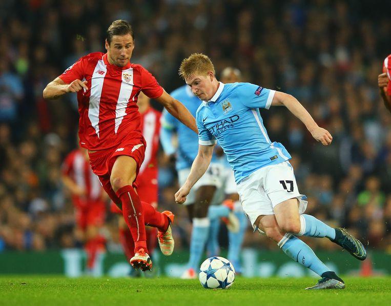 Kevin de Bruyne (links) van Manchester City en Krychowiak van Sevilla, gisteren in Manchester. Beeld getty