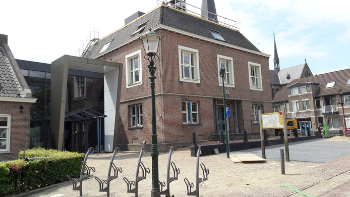 De nieuwe entree van de mfa in Lith, links van het oude gemeentehuis.