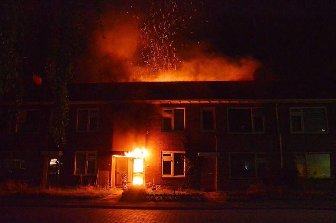 De vlammen slaan uit de woning in Steenwijk.
