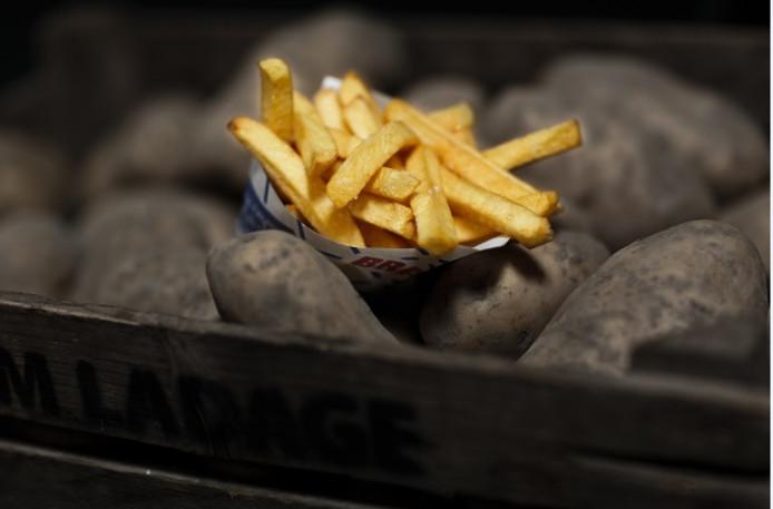 Een puntzak patat van Bram Ladage