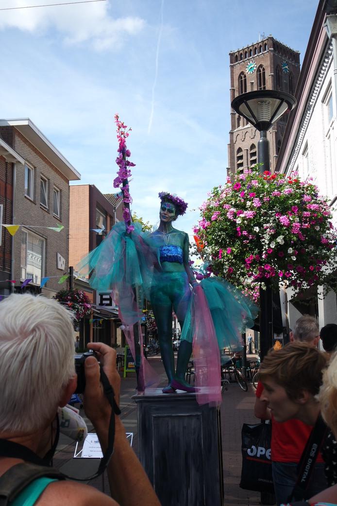 Living Statues Oss: Het Droombeeld in de Kerkstraat.