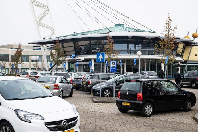 Er zijn amper vrije parkeerplekken op de parkeerterreinen van het Canisius Wilhelmina Ziekenhuis in Nijmegen.