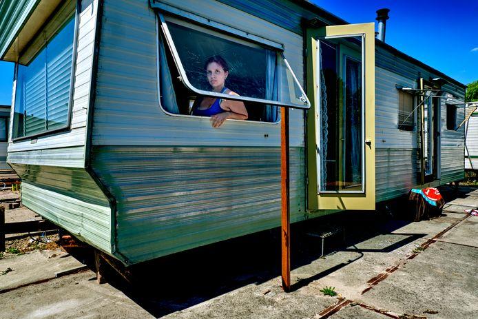 Chevanna Rolink in haar woonwagen zonder voorzieningen.