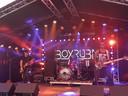 De deels Boxtelse band BOXRUBA gaat tijdens Limuscene los op het podium in de tent.