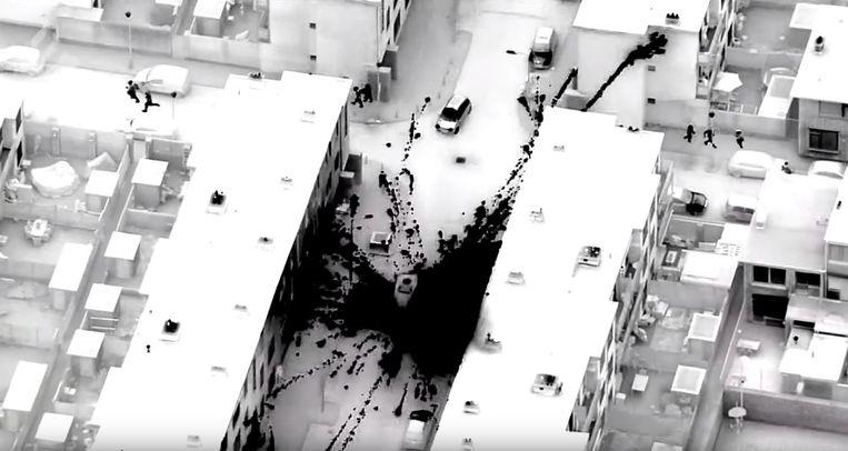 Beeld uit een door de politie verspreide video waarin een vuurwerkbom naar een politiebus wordt gegooid. Beeld politie Den Haag