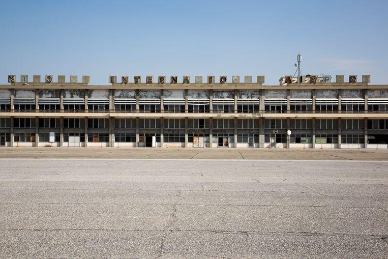 Op het dak van het terminalgebouw is een deel van de letters verdwenen.