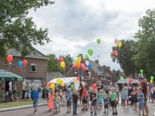 Kermis Overloon geopend met oplaten ballonnen