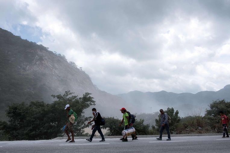 Migranten uit arme Midden-Amerikaanse landen, vooral Honduras, zijn te voet onderweg naar de VS.