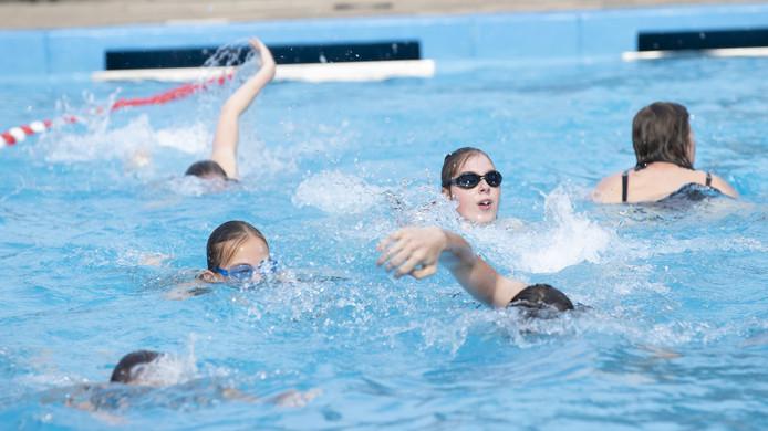 Ruim 200 deelnemers zwemmen ondanks onweer gewoon de zwemvierdaagse