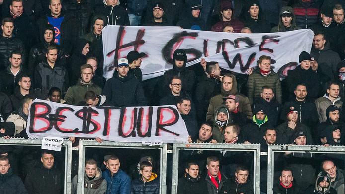 Feyenoord-fans protesteren met spandoeken tegen het bestuur tijdens de bekerwedstrijd tegen Roda JC.