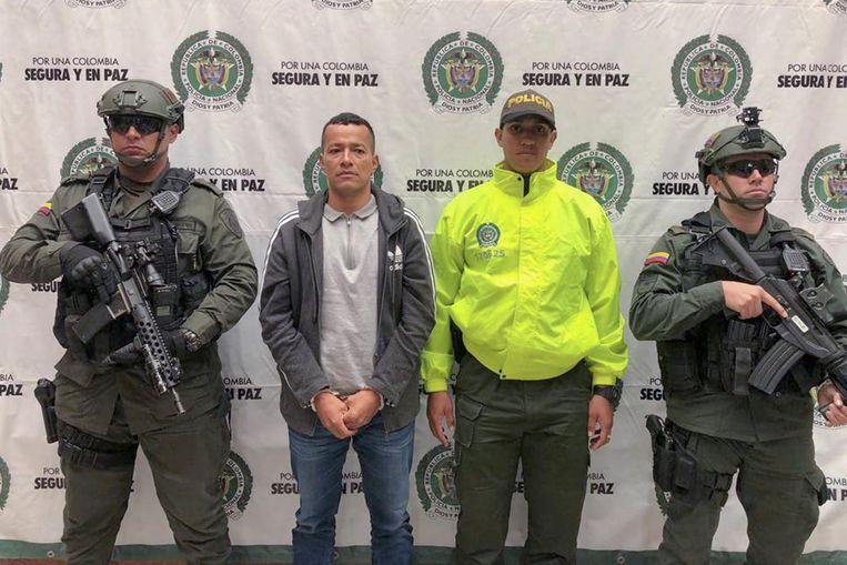De Colombiaan Carlos Mario Tuberquia, tweede van links, in handboeien in zijn land. Hij is een belangrijke speler van Clan del Golfo die vorige week maar liefst 7,5 ton cocaïne naar Antwerpen verscheepte.