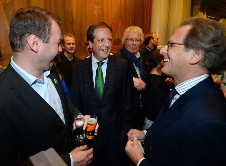 D66-leider Alexander Pechtold (midden) en burgemeester Ton Rombouts (rechts) van Den Bosch zijn in afwachting van de uitslag. Beeld anp