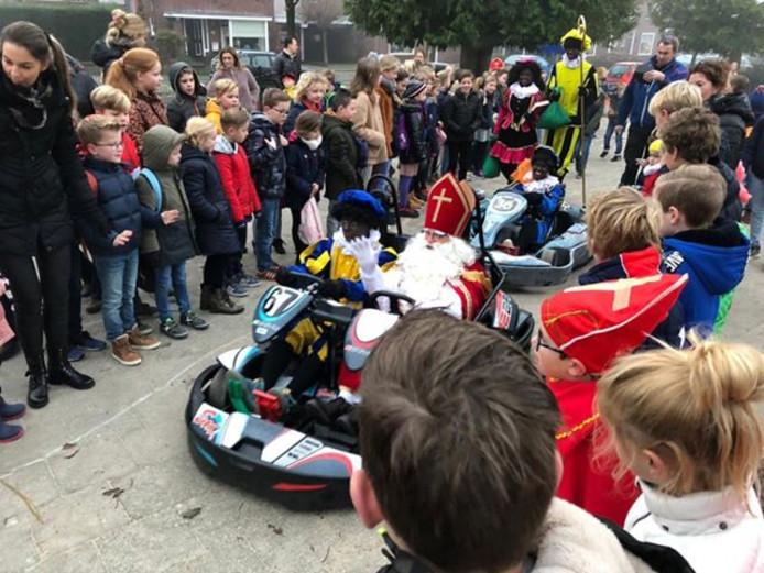 Sinterklaas komt in een kart aan bij de Franciscusschool in Oldenzaal.