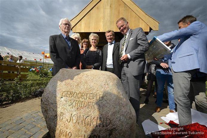Het Jongkind Monument werd gisteren geopend door burgemeester Roel Cazemier (rechts) Links op de foto Jacob Jongkind, een familielid van de in Lattrop geboren kunstschilder.