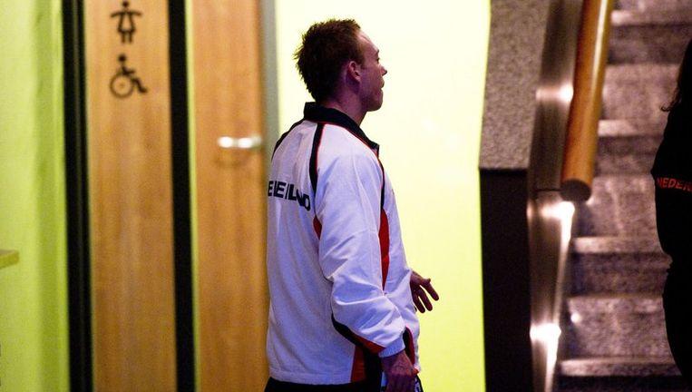 Yuri van Gelder loopt door de gangen van een hotel in Ridderkerk waar de Nederlandse turnploeg op dit moment verblijft. Beeld epa
