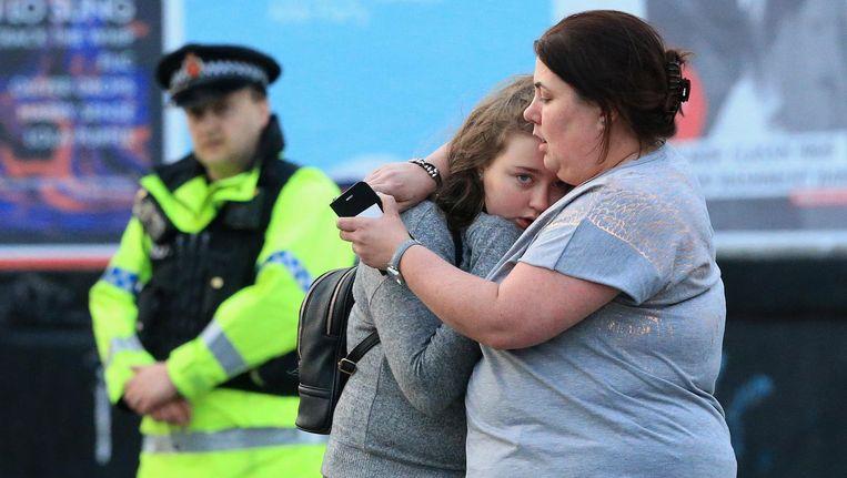 Een moeder met haar dochter voor het stadion in Manchester. Beeld getty