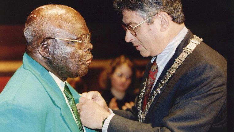 Voor zijn heldendaad ontving Pa Sem in 1993 uit handen van burgemeester Van Thijn de zilveren erepenning van de stad Amsterdam. Beeld ANP