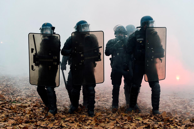 In Nantes vuurde de politie traangas af om kleine groepjes relschoppers uiteen te drijven.
