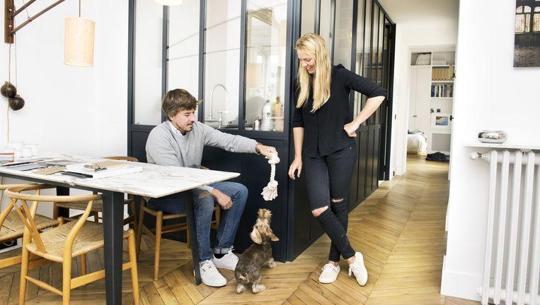 Eethoek. Hélène van Marcke: 'De tafel heb ik ontworpen: een marmeren blad met een stalen voet. De lamp is fifties. De stoelen zijn de Wishbone Chairs van de Deen Hans Jørgen Wegner.' Beeld null