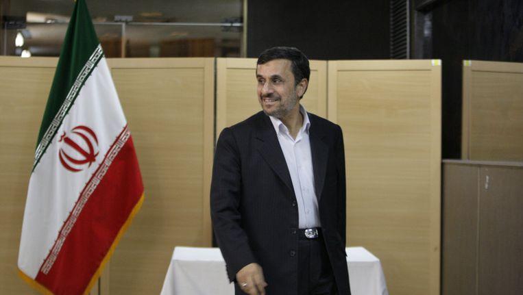 De Iraanse president Ahmedinejad begin mei bij een stembureau in Iran. Beeld AP