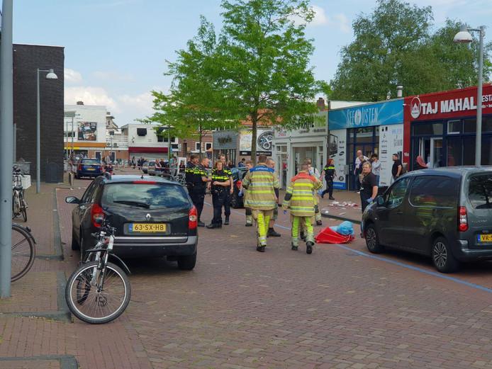 Hulpverleners bij de plek waar de steekpartij in Emmeloord heeft plaatsgevonden.