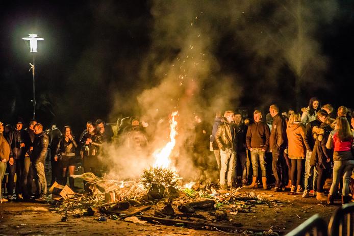 Het vreugdevuur in Krabbendijke bracht in 2016 veel mensen op de been.
