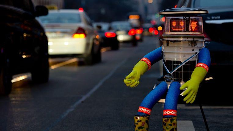 Hitchbot in betere tijden, langs de weg in München. Beeld anp