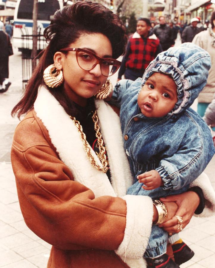 Een moeder en kind op straat in Brooklyn (let op de schakelketting), een van de vele foto's gemaakt door de Amerikaanse fotograaf Jamel Shabazz. Hij legde in de jaren 80 het hippe straatbeeld vast van deze New Yorkse wijk, waar hiphop dan ontluikt.
