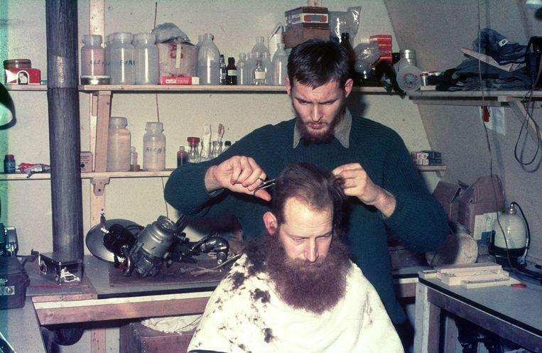 Paul de Groot knipt Piet Oosterveld in het laboratorium, december 1968.  Beeld  Eric Flipse