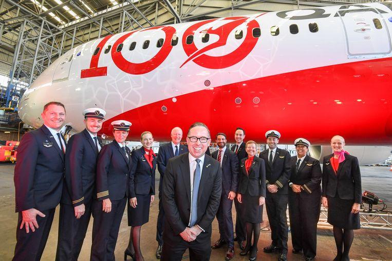 Qantas CEO Alan Joyce (midden) poseert met de crew van vlucht QF7879, die in 19,5 uur van Londen naar Sydney vloog.