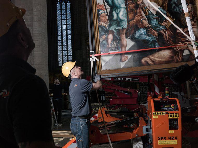 Het ontmantelen en inpakken van het Laurentius-altaarstuk van Maarten van Heemskercken voor de tijdelijke tentoonstelling van het meesterwerk in de Grote Kerk van Alkmaar. Beeld Pascal Vossen