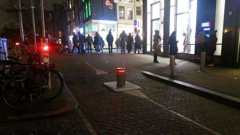 De verzinkbare paal op de Oudezijds Voorburgwal is afgelopen jaar ten minste tien keer aangereden Beeld Marc Kruyswijk
