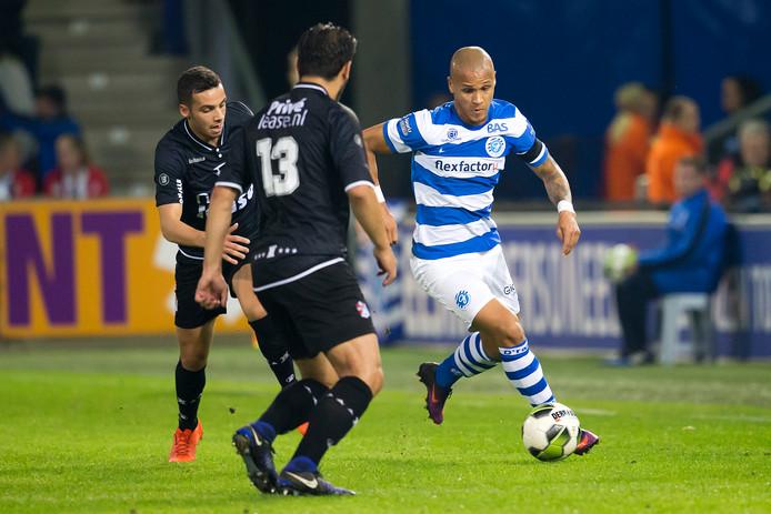 Anthony van den Hurk van De Graafschap in actie op De Vijverberg tegen FC Emmen.