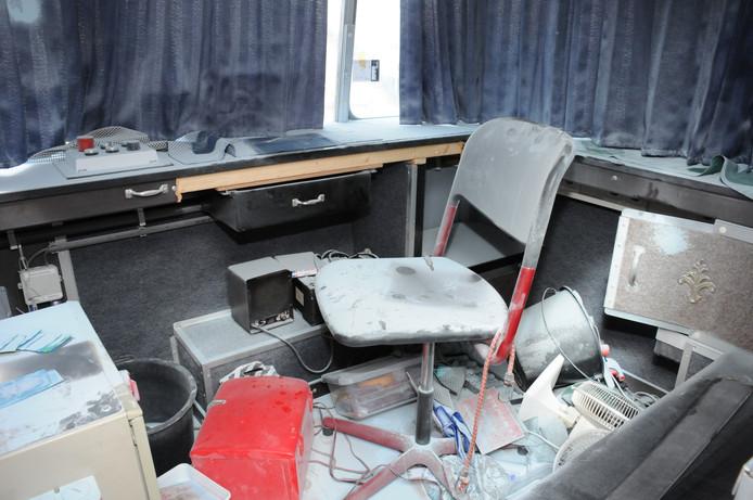 De schade aangericht in het kassahokje van de draaimolen op de kermis in Beek.