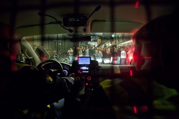 Archieffoto van eerdere politiecontrole in Zwolle. Motorrijders controleren nu extra op scooterrijders die met drank of drugs op gaan rijden.
