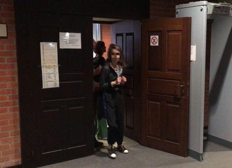 Nadine W. werd dinsdagmorgen geboeid naar de rechtszaal gebracht.