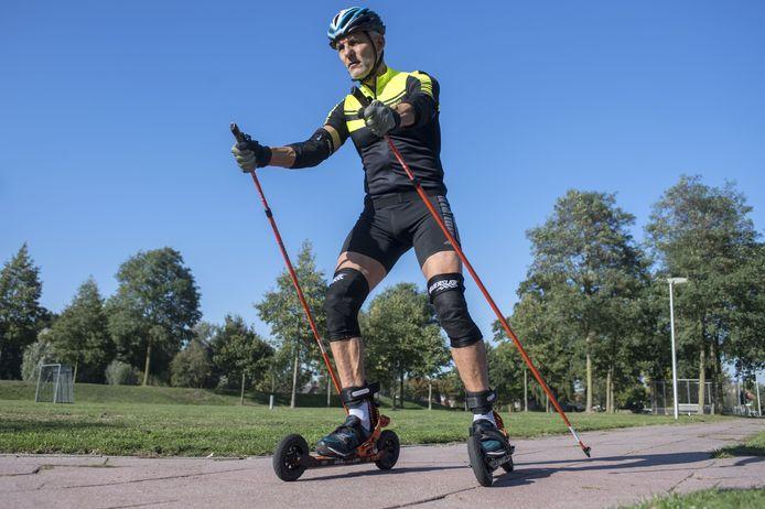 """Tjitte Dijkstra op zijn nordic cross skates. """"Hiermee kun je op veel meer soorten ondergrond uit de voeten."""""""
